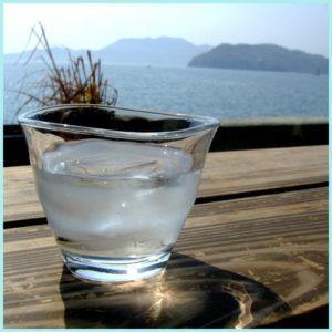 テラスに置いた冷たい水が入ったコップ